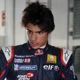 El joven Carlos Sainz jr mira concentrado