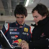 Carlos Sainz jr repasa datos con su ingeniero