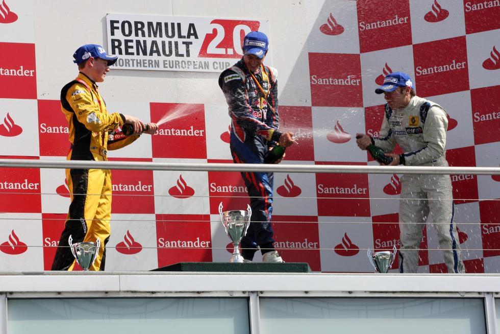 Carlos Sainz jr celebra con champán su victoria en Alemania