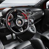 Volante y salpicadero del Abarth 695 Ferrari