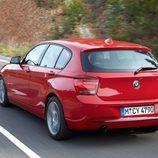 BMW Serie 1 pasando por curva