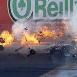 Dan Wheldon impacta contra el muro y su coche se incendia