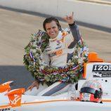 Dan Wheldon tras ganar las 500 millas de Indianápolis 2011