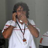 Paolo Simoncelli espera noticias de su hijo Marco Simoncelli
