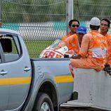 La moto de Marco Simoncelli es retirada de pista tras el mortal accidente en el circuito de Sepang