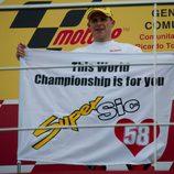 Stefan Bradl le dedica su título de Moto2 a Marco Simoncelli