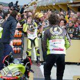Nico Terol celebra el título de 125cc con su equipo
