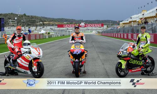 Los tres Campeones del Mundo 2011 sentados en sus motos