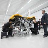 Los operarios de McLaren montan un MP4-12C