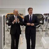 Ron Dennis acompaña a David Cameron en la sede de Woking