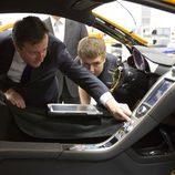 David Cameron se interesa por la fabricanción del MP4-12C