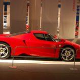 Vista lateral del Ferrari Enzo