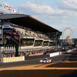 El Gulf Racing Middle East Lola Nissan pasa por la recta de meta