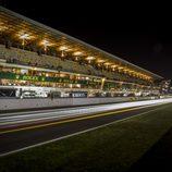 Recta de meta de Le Mans iluminada por la noche