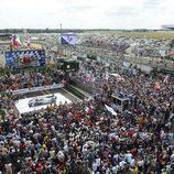 El público abarrota la recta principal de Le Mans 2012