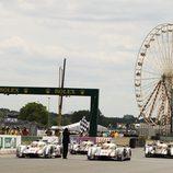 Los cuatro Audi LMP1 cruzan la línea de meta de las 24 h de Le Mans 2012