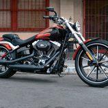 Harley-Davidson Breakout Rojo Lateral