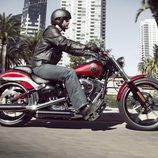 Harley-Davidson Breakout circulando general