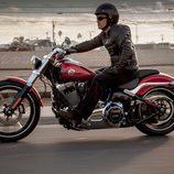 Harley-Davidson Breakout circulando izquierda