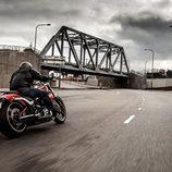 Harley-Davidson Breakout circulando atrás