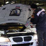 Secando el coche de Franz Engstler