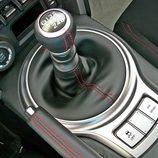 Toyota GT86 detalle de la palanca de mandos