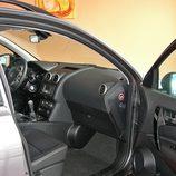 Nissan Qashqai detalle acceso interior lado pasajero