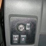 Nissan Qashqai detalle mandos de espejos, ESP  regulación de luces