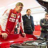 Sebastian Vettel inspecciona el FXX K