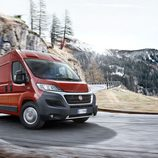 Fiat Ducato 140 Natural Power roja circulando
