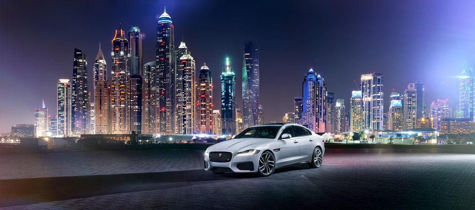 2016 Jaguar XF - De noche