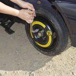 Colocamos la rueda de repuesto - Apretamos los tornillos