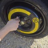 Colocamos la rueda de repuesto - Ajustamos los tornillos