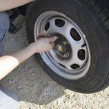 Colocamos la rueda de repuesto - Retiramos los tornillos