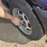 Colocamos la rueda de repuesto - Aflojamos los tornillos