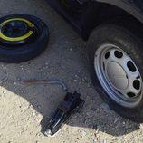 Colocamos la rueda de repuesto - Herramientas fuera