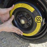Colocamos la rueda de repuesto - Ajustando la rueda