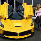 Ferrari LaFerrari amarillo de la pareja
