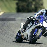 Nueva Yamaha R1 pilotada lateral derecho