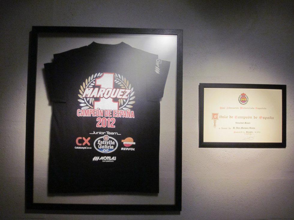 Exposición Alex Márquez - camiseta y diploma campeón de España