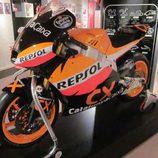 Exposición Marc Márquez - lateral Moto2 campeona del Mundo 2012