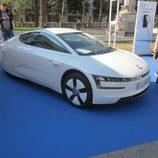 Volkswagen XL1 vista frente-lateral
