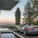 Mercedes SLC piscina