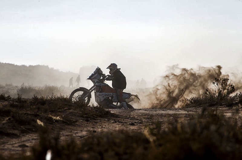 Una moto en el fesh fesh de la sexta etapa