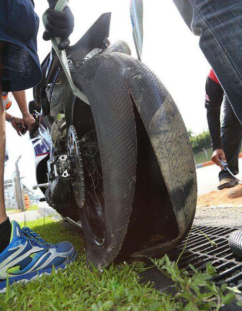 Neumático Michelin de Loris Baz reventado