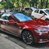 Tesla Model S: Vista frontal desde el lateral derecho