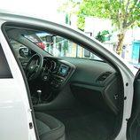 Kia Optima: Detalle acceso interior desde el lado pasajero