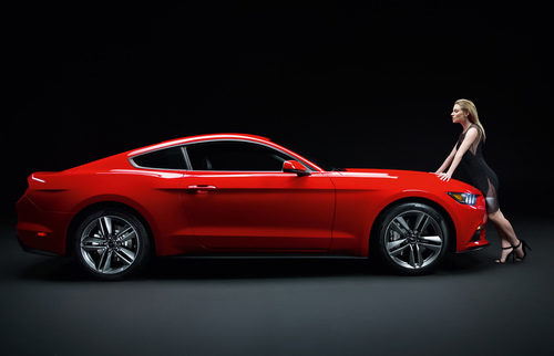 2015 Ford Mustang, perfil con Sienna Miller