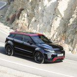 Posando en una carretera el Range Rover Evoque Ember