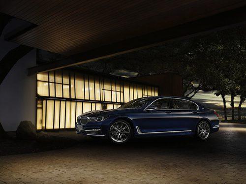 BMW Serie 7 Centennial Edition por la noche